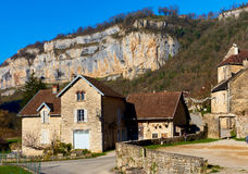 Vista o a vila dos baume-les-Messieurs france foto de stock