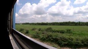 Vista oblicua de la visión del campo del tren ferroviario almacen de metraje de vídeo