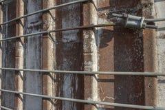 Vista oblicua muy cercana de las correas del metal alrededor de un viejo silo concreto imagenes de archivo