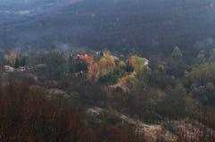 Vista obscura da aldeia da montanha foto de stock