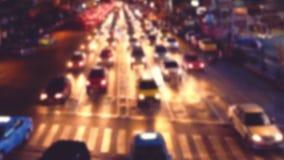 Vista occupata di notte della via della città con le automobili commoventi Bangkok, Tailandia video d archivio