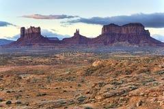 Vista ocidental no vale, no Arizona e no Utá do monumento Imagens de Stock Royalty Free