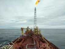 Vista offshore di Sarawak Malesia di miri della nave-appoggio dal mare aperto Fotografia Stock Libera da Diritti