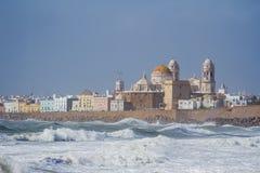 Vista ondulada misma de la catedral de Cádiz imagen de archivo