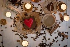 Vista op dell'insieme di caffè il giorno del biglietto di S. Valentino della st Immagini Stock