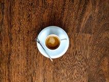 Vista op della tazza di caffè su un fondo di legno immagini stock libere da diritti