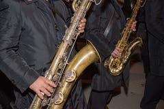 Vista orizzontale della fine su dei musicisti che giocano sassofono nel Bl fotografia stock