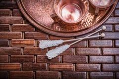 Vista orizzontale dello zucchero cuprico delle tazze di tè del vassoio Immagine Stock