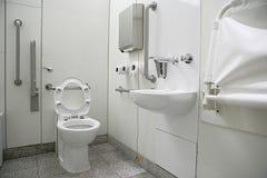 Vista orizzontale di un interno della toilette per gli handicappati fotografie stock libere da diritti