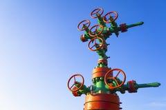 Vista orizzontale di una testa di pozzo con l'armatura della valvola Concetto di industria del gas e del petrolio Fondo industria fotografia stock