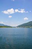 Vista a Ossiach de la nave en el lago Ossiach Fotos de archivo libres de regalías