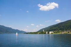 Vista a Ossiach de la nave en el lago Ossiach Fotografía de archivo libre de regalías