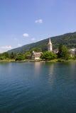 Vista a Ossiach de la nave en el lago Ossiach Foto de archivo libre de regalías