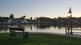 Vista pacífica del lago mae Hong Son en Tailandia foto de archivo