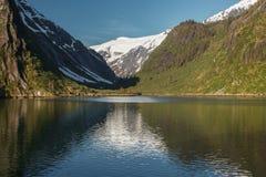 Vista pacifica di bello paesaggio nell'Alaska con la riflessione. fotografia stock libera da diritti