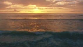 Vista panorámica aérea de la puesta del sol sobre Océano Atlántico almacen de metraje de vídeo