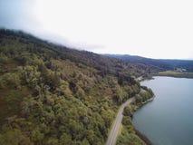 Vista panorámica aérea del paisaje de la montaña con los árboles Fotografía de archivo libre de regalías