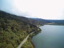 Vista panorámica aérea del paisaje de la montaña con los árboles Imagenes de archivo