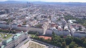 Vista panorámica aérea del palacio del belvedere en Viena vena Wien, Austria almacen de video