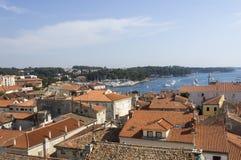 Vista panorámica abajo de la ciudad Porec de la torre de la basílica, Istra Foto de archivo libre de regalías
