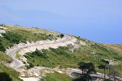 Vista panorámica al agua azul del mar jónico y al top de la montaña de Llogara Imágenes de archivo libres de regalías