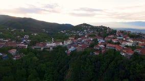 Vista panorámica asombrosa de la ciudad de Sighnaghi situada en las colinas verdes, turismo ecológico almacen de video
