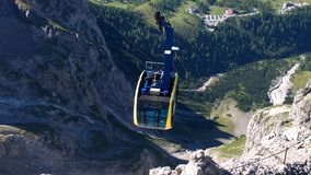 Vista panorámica de altas montañas fotos de archivo libres de regalías