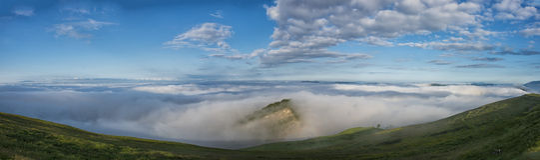 Vista panorámica de Apennines en un día de niebla, soporte Cucco, Umbría, Italia Fotografía de archivo