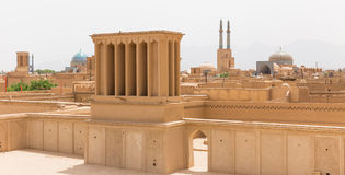 Vista panorámica de badgirs y de mezquitas de Yazd fotos de archivo libres de regalías