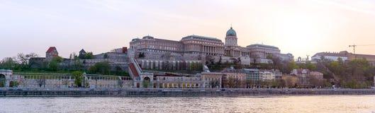 Vista panorámica de Budapest, Hungría, con el palacio real en twilig Imágenes de archivo libres de regalías