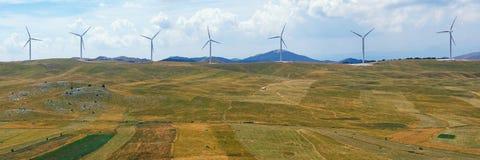 Vista panorámica de campos amarillos con los molinoes de viento Montenegro, Niksic, parque del viento de Krnovo Fotos de archivo libres de regalías