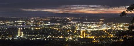 Vista panorámica de Canberra en la puesta del sol imagen de archivo libre de regalías