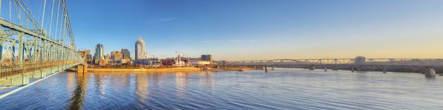 Vista panorámica de Cincinnati en mañana reservada imagenes de archivo