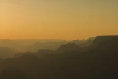 Vista panorámica de Grand Canyon en los colores ambarinos después de la puesta del sol Fotografía de archivo libre de regalías