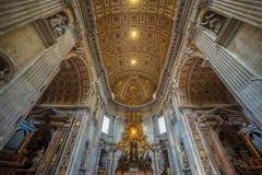 Vista panorámica de interiores y detalles arquitectónicos de St Pete imagen de archivo