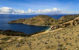 Vista panorámica de Isla del Sol y del x28; Isla del sun& x29; , el lago Titicaca, Bolivia Foto de archivo libre de regalías