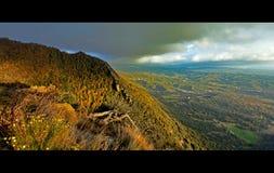 Vista panorámica de la alta montaña de los Pirineos imagenes de archivo