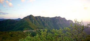 Vista panorámica de la alta montaña de los Pirineos foto de archivo libre de regalías