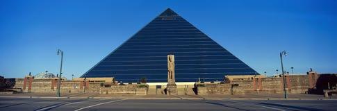 Vista panorámica de la arena deportiva de la pirámide en Memphis, TN con la estatua de Ramses en la entrada imágenes de archivo libres de regalías