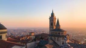 Vista panorámica de la basílica de Santa Maria Maggiore, de la capilla de Cappella Colleoni y de la catedral en Citta Alta de Bér almacen de video