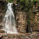 Vista panorámica de la cascada grande Fotos de archivo