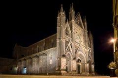 Vista panorámica de la catedral de Orvieto Duomo di Orvieto, por noche Umbría, Italia foto de archivo
