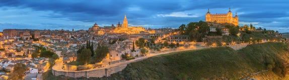 Vista panorámica de la ciudad antigua y del Alcazar en una colina sobre la Mancha, Toledo, España del río Tagus, Castilla Imagenes de archivo