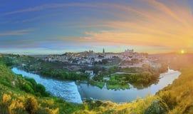 Vista panorámica de la ciudad antigua y del Alcazar en una colina sobre la Mancha, Toledo, España del río Tagus, Castilla Foto de archivo libre de regalías