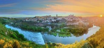 Vista panorámica de la ciudad antigua y del Alcazar en una colina sobre la Mancha, Toledo, España del río Tagus, Castilla Foto de archivo