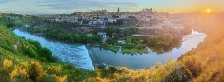 Vista panorámica de la ciudad antigua y del Alcazar en una colina sobre la Mancha, Toledo, España del río Tagus, Castilla Imagen de archivo libre de regalías