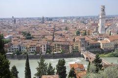 Vista panorámica de la ciudad de Castel San Pietro, estación de verano en la ciudad de Verona fotografía de archivo libre de regalías