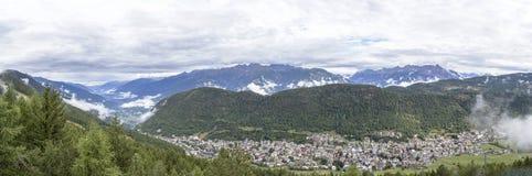 Vista panorámica de la ciudad de Aprica y de las montañas de Bergamasque fotografía de archivo libre de regalías