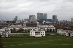 Vista panorámica de la ciudad de Londres con Canary Wharf y del museo marítimo nacional de Greenwich Inclinar-cambie de puesto el fotografía de archivo libre de regalías