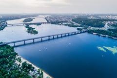 Vista panorámica de la ciudad de Kiev con el río de Dnieper en el centro Silueta del hombre de negocios Cowering Foto de archivo libre de regalías